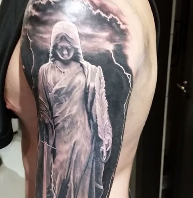 espírito no ombro realista