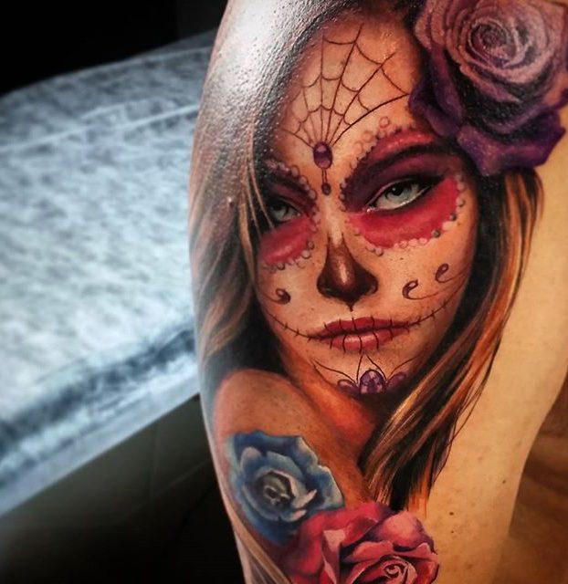 linda caveira realista colorida no ombro