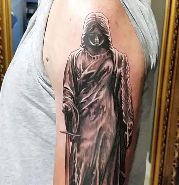 linda tatoo de  jesus no braço