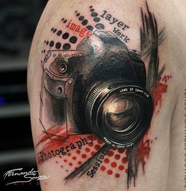 tatoagem de câmera fotográfica no ombro