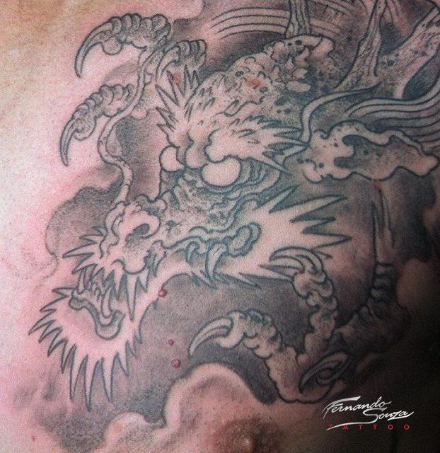 tatoagem de dragão chinês no peito