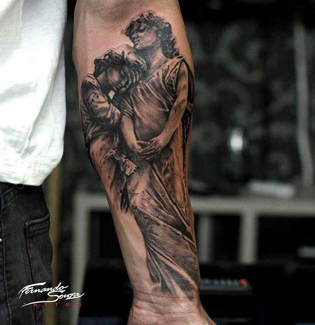 tatoagem de estátua no antebraço