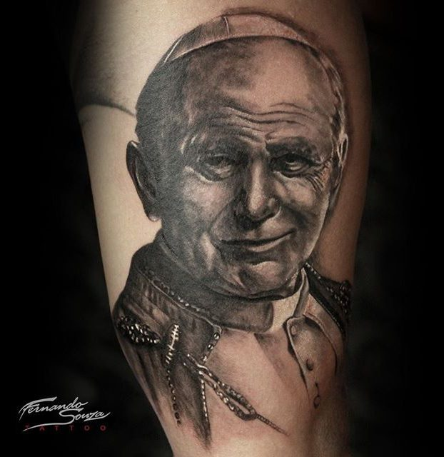 tatoagem de realista preto e branco de joão paulo II