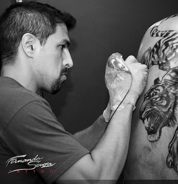 tatoagem de trigre realista preto e branco nas costas