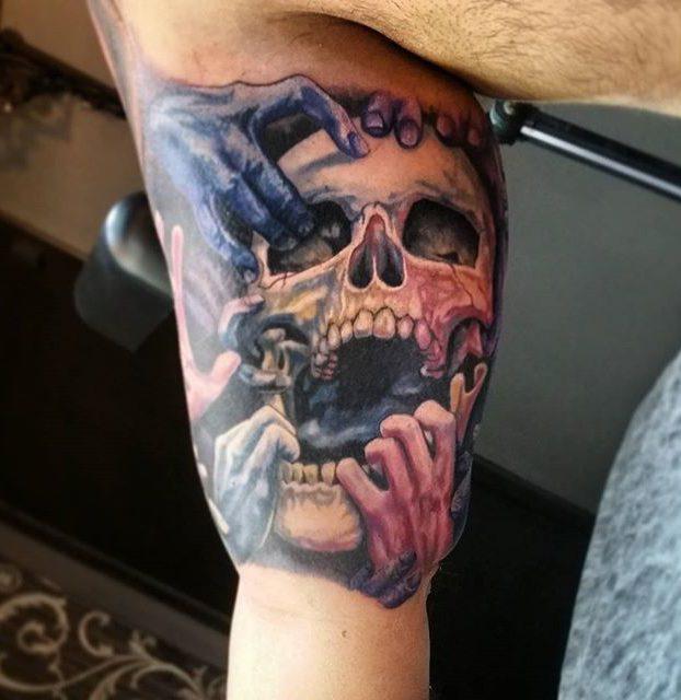 tatoo de caveira no antebraço
