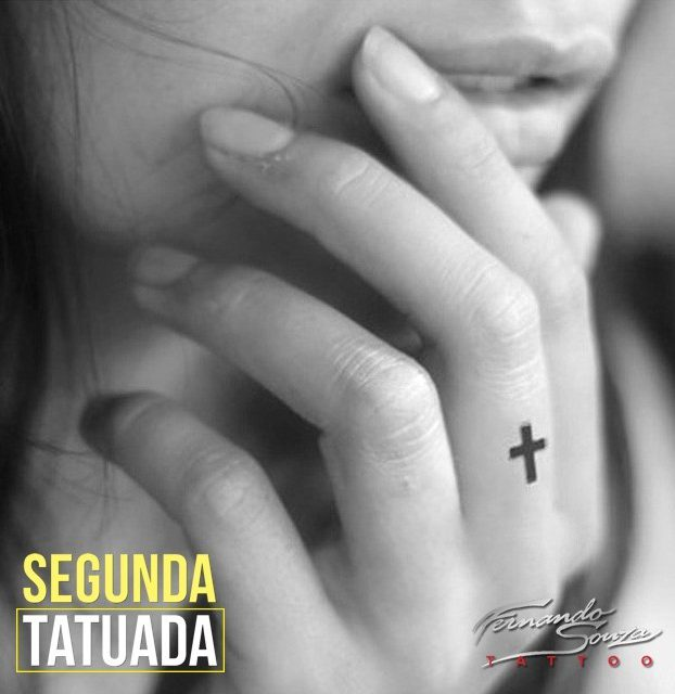 tatto de crucifixo no dedo