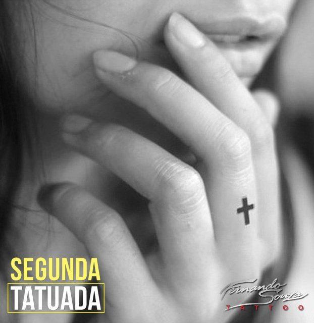 tatto de crucifixo no dedo