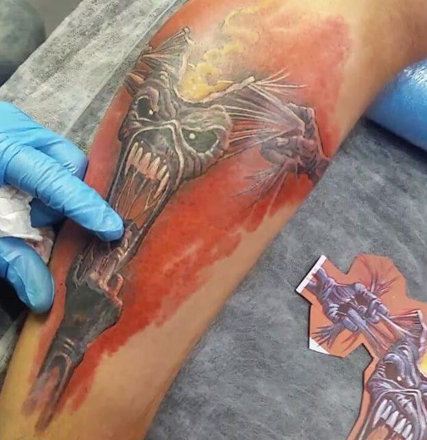 tatuage de caveira na panturrilha