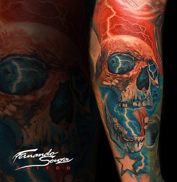 tatuage de caveira vermelha no antebraço