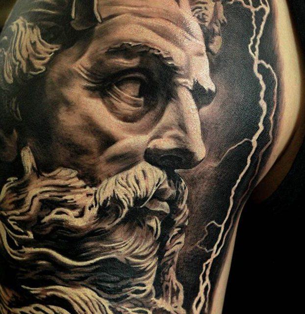 tatuage de zeus no braço realismo preto e branco