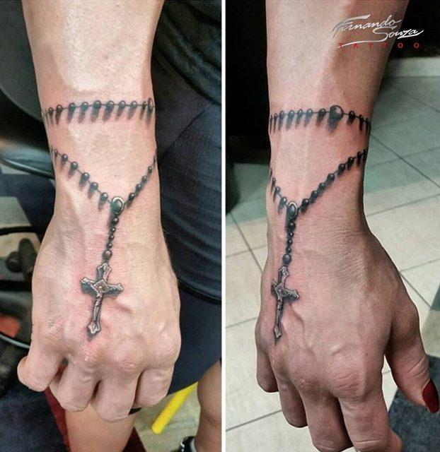 tatuagem de terço realista no pulso