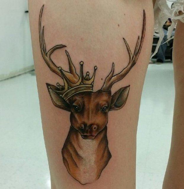 tatuagem de veado na perna