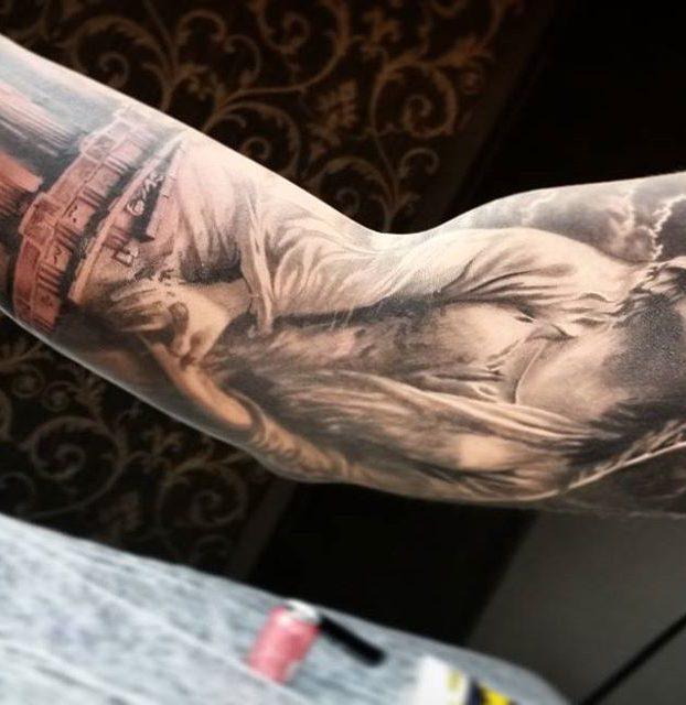 tatuagem realista preto e branco no braço
