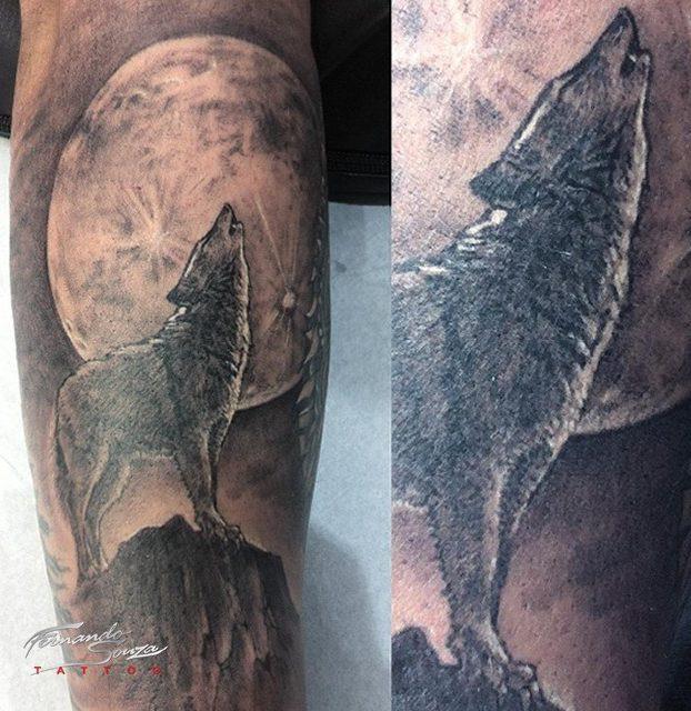 tatuagi de lobo no braço preto e branco