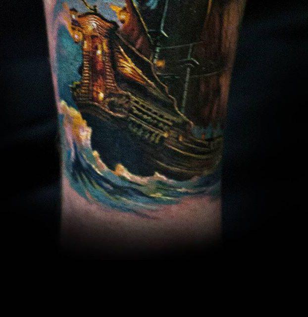 tatuagi de navio na perna