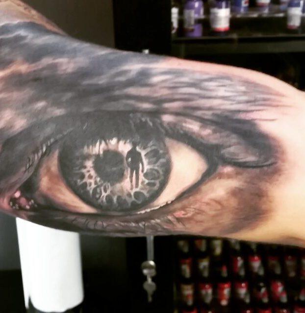 tatuagi de olho realista no braço