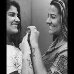 Giulia Costa e irmã fazem tatuagem em homenagem a Marcos Paulo